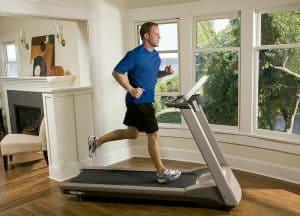 hombre en una cinta de correr