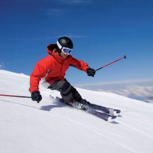 esquiador con casco de esquí