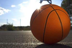 balón de baloncesto en el suelo