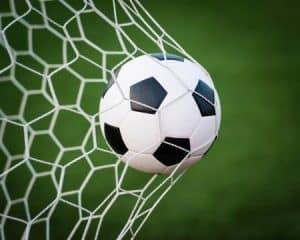 balón de fútbol en la portería