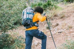 jóvenes con una mochila de senderismo