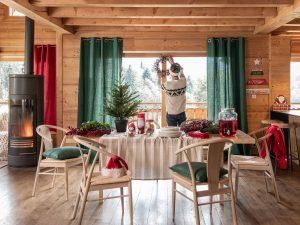 persona poniendo decoración de Navidad