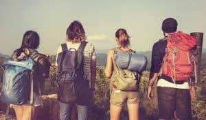 personas jóvenes con mochila de senderismo