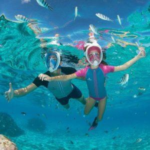 dos personas bajo el agua máscara de buceo