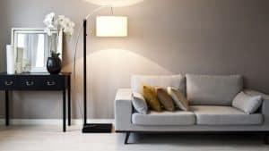 lámpara de salón al lado de un sofá