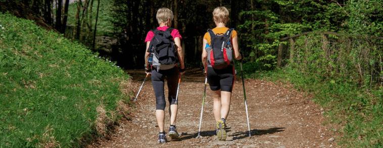 personas con bastones de senderismo
