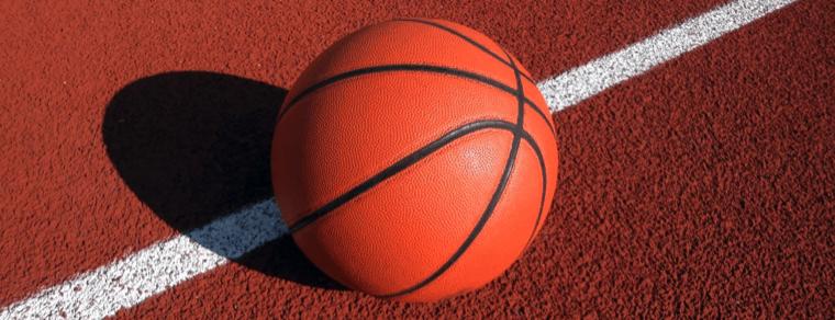 balón de baloncesto en la cancha