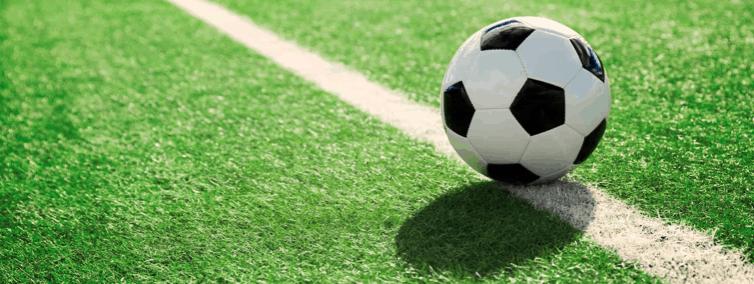 balón de fútbol en el campo