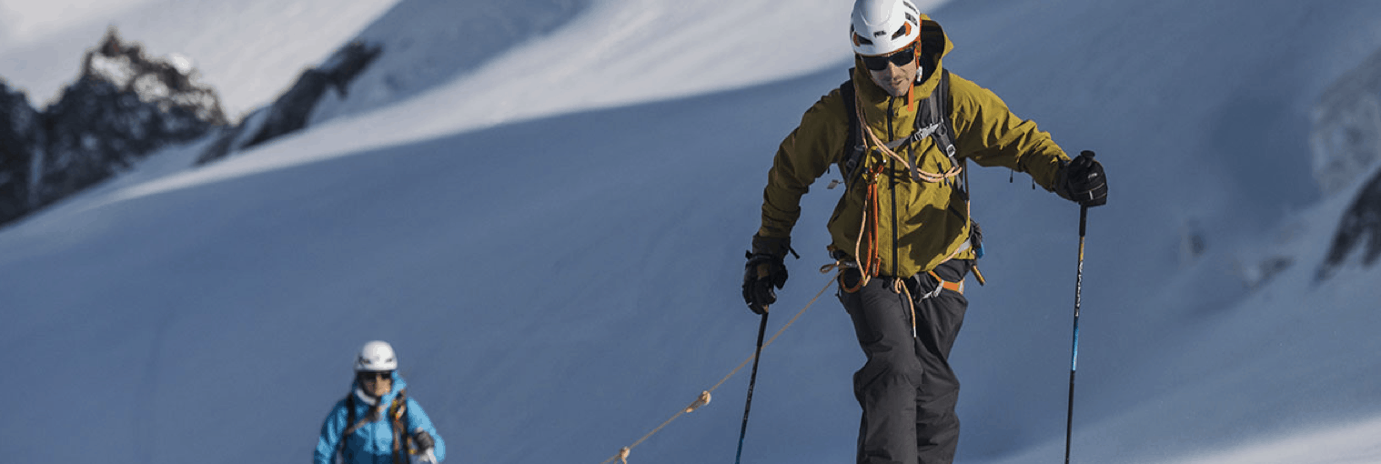 personas con cascos de esquí
