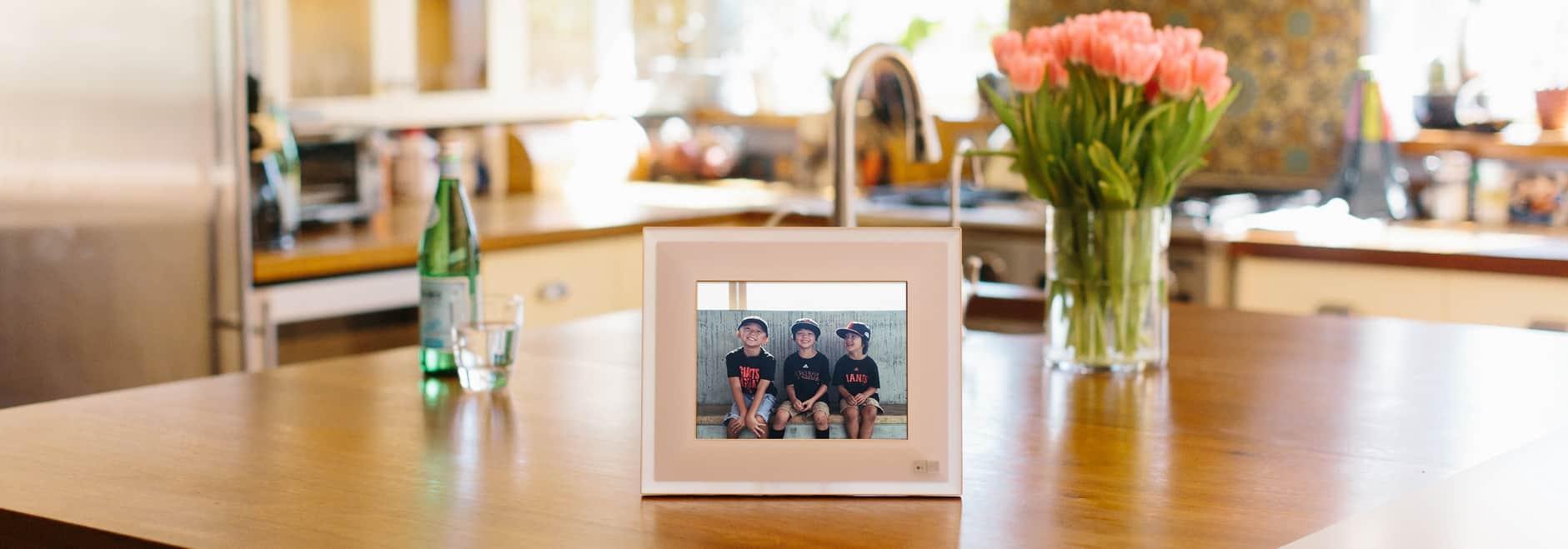 marco de fotos digital en la mesa