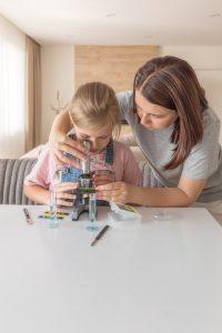 madre e hija con un microscopio