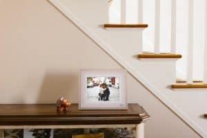 marco de fotos digital en un mueble