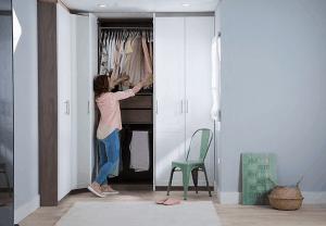 mujer usando un armario con puerta corredera