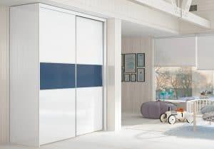 armario con puerta corredera blanco y azul