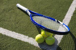 raqueta de tenis y pelotas de tenis