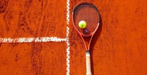 raqueta de tenis sobre tierra batida