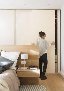 mujer abriendo un armario con puerta corredera