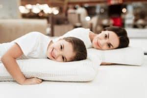 dos personas durmiendo en almohadas con memoria de forma