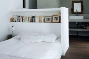 cabezal de cama con una estantería
