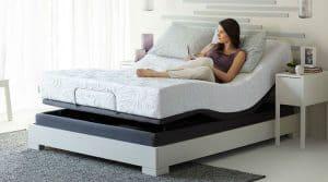 mujer sobre una cama