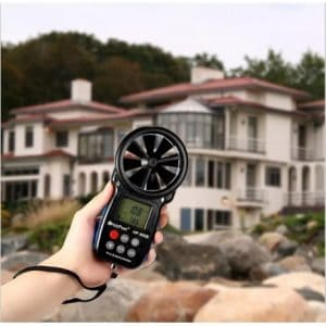 anemómetro digital en el exterior