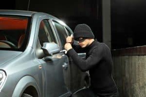 persona intentando entrar en un coche