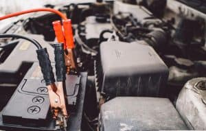 batería de coche cargándose