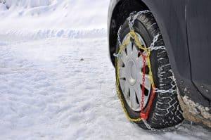 rueda con cadenas de nieve