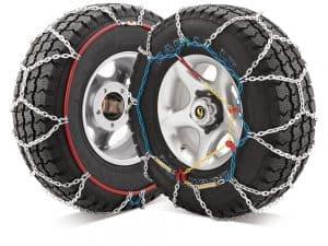 dos ruedas con cadenas de nieve