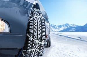 ruedas de coche con cadenas de nieve