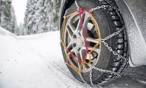 rueda con cadenas de nieve de colores