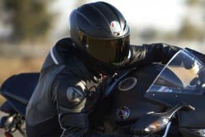 motorista con casco de moto