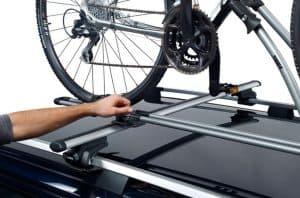persona poniendo una bici en un portabicicletas