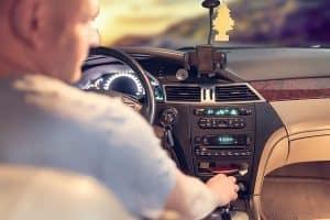 persona tocando una radio de coche