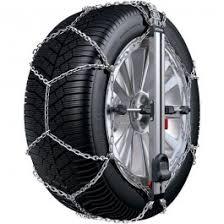 rueda con cadenas de nieve y sujeción