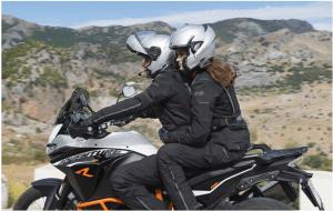 varias personas en una moto