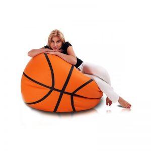 mujer en un puff de balón de baloncesto