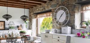 reloj de pared grande en la cocina