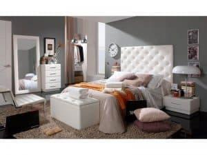 dormitorio con una cama y cabezal de cama