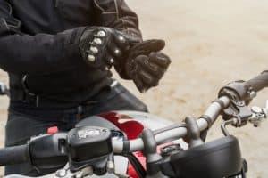 persona poniéndose unos guantes para moto