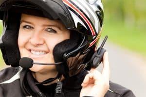 mujer con un casco y intercomunicador para casco