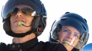 personas usando intercomunicadores para casco