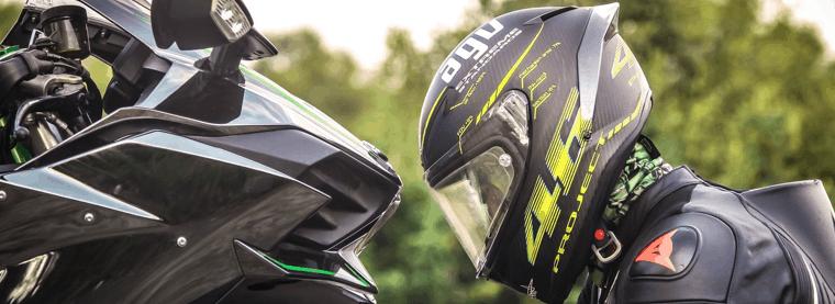 hombre con casco de moto