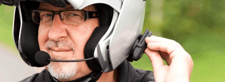 señor con un casco con intercomunicador para casco