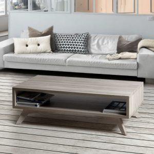 mesa baja frente a un sofá