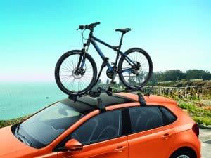portabicicletas en el techo con una bici