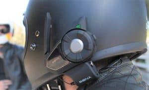 intercomunicador para casco en un casco de moto