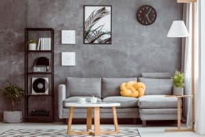 reloj de pared sobre un sofá