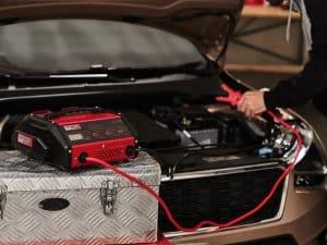 cargador de batería compacto rojo y negro