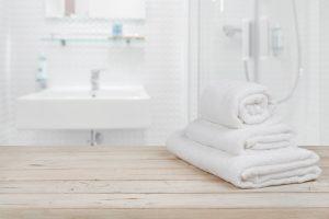 toallas en un baño con extractor de baño